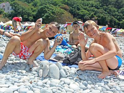 Развели на пляже девочек